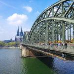 Köln Blick auf Hohenzollernbrücke und Dom über den Rhein